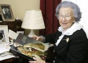 """Anneliese Hartleb ist als """"Frau Goethe"""" bekannt. Sie ist eine feste Größe der Kasseler Gesellschaft, seit Jahrzehnten kulturell und ehrenamtlich engagiert. Foto: Mario Zgoll"""