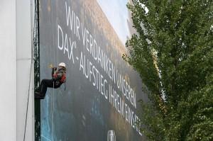 Mit einem gigantischen Plakat an der Fassade ihrer Kasseler Zentrale in der Bertha von Suttner-Straße macht die K+S Aktiengesellschaft seit Wochen auf den erfolgreichen Börsengang des Traditionsunternehmens aufmerksam. , Foto: Thomas Rosenthal