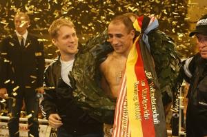 Freude über den Sieg: Oliver Pocher und Arthur Abraham. Foto: Mario Zgoll
