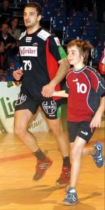 MT-Neuzugang Alexandros Vasilakis mit kleinem Fan. Foto: Heinz Hartung