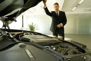 Verkaufsleiter Marko Duchow präsentiert den neuen Mercedes-Benz S 400 HYBRID Foto: Mario Zgoll