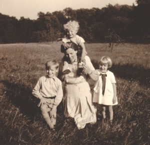 Geschäftsfrau und Mutter: Maria Bode mit ihren Kindern Thomas, Hildegard und Stephan. Foto: Familie Bode