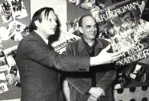 """Ingmar Bergman, einer der bedeutendsten Regisseure des zwanzigsten Jahrhunderts, mit Jérôme-Autor Klaus Becker (links) bei der Welt-Uraufführung von """"Fanny und Alexander"""" in Mainz. Foto: Archiv Klaus Becker"""