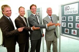 Feiern 80 Jahre Glinicke: Thomas Giepen (Regionalleiter Ost), Carsten Bachmann (Regionalleiter Region Mitte) und die beiden Geschäftsführer Florian und Peter Glinicke (v.l.). Foto: Mario Zgoll