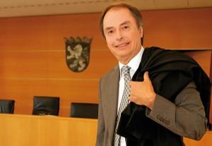 Dr. Wolfgang Löffler in einem Sitzungssaal des Kasseler Landgerichtes. Foto: Mario Zgoll