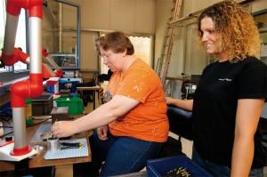 Rund 500 Menschen mit geistiger oder körperlicher Behinderung sind in den Kasseler Werkstätten, unterstützt von Fachkräften, beschäftigt und erlangen durch ihre Arbeit Anerkennung und Selbstwertgefühl. Foto: Mario Zgoll