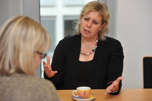 Vize-Landrätin Susanne Selbert im Gespräch mit Jérôme-Autorin Petra Nagel. Foto: Mario Zgoll