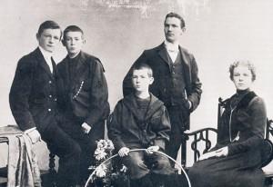 Murnau (2.v.l.), als er noch Friedrich Wilhelm Plumpe hieß, mit seinen Geschwistern Robert, Bernhard, Heinrich und Anna. Foto: Dr. A. Groscurth