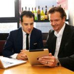 Claudio Carciola (links) hat sich von Lars Bossemeyer eine Facebook-Seite erstellen lassen, die schon nach kurzer Zeit mehr als 1000 Fans zählte. Foto: Mario Zgoll