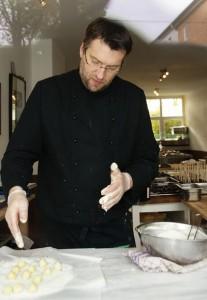 Pralinenwerkstatt-Inhaber Thomas Ernst bereitet Buttertrüffel zu.