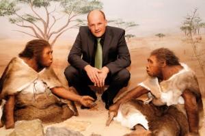 Dr. Kai Füldner, Direktor des Naturkundemuseums Kassel, neben Menschen, wie sie vor etwa 500.000 Jahren lebten