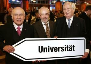 Prof. Dr. Dr. Rainer Ludewig (rechts) wurde anlässlich der Feierlichkeiten zum 40- jährigen Bestehen der Uni Kassel von deren Präsidenten Prof. Dr. Rolf-Dieter Postlep zum Ehrenbürger ernannt. Prof. Dr. Alexander Roßnagel (Mitte), der nicht für eine weitere Amtszeit als Vizepräsident kandidierte, wurde von Postlep verabschiedet.