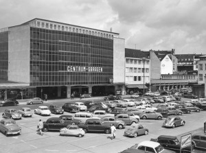 """Das erste Kasseler Parkhochhaus, die """"Centrum-Garagen"""" am Anfang der Neuen Fahrt, nach einem Entwurf von Paul Bode. Foto: Stadtarchiv Kassel"""