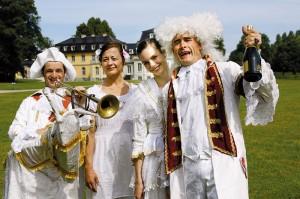 Vor der historischen Kulisse von Schloss Wilhelmsthal feierten die Aristokraten mit vielen Besuchern den Auftakt des Kultursommers. Foto: Georg Pepl