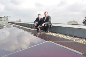 Bieten sonnige Perspektiven: Geschäftsführer Ulrich Fischer (rechts) und Markus Schulte (Leiter Privat- und Gewerbekunden). Foto: nh