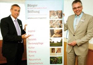 Dr. Ralf Beinhauer, stellvertretender Vorsitzender der Bürgerstiftung, und Vorsitzender sowie Sparkassen-Vorstand Ingo Buchholz.