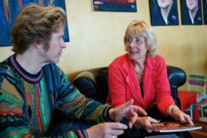 Seit 2005 ist Helga Engelke, hier im Gespräch mit Jérôme-Redakteur Jan Hendrik Neumann, Erste Vorsitzende des Rot-Weiss-Klubs – eine leidenschaftliche Tänzerin seit frühester Jugend. In der Tanzschule lernte sie sogar ihren späteren Ehemann kennen. Foto: Mario Zgoll