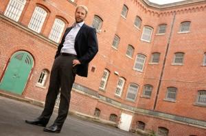 Christopher Posch im Hof des ehemaligen Untersuchungsgefängnisses Elwe. Foto: Mario Zgoll