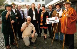 Moderatorin Petra Nagel mit ihren Talkgästen vor dem Café Nenninger. Foto: Mario Zgoll