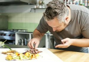 Fliegender Chefkoch Christoph Brand beim Anrichten der Rehschulter. Foto: Mario Zgoll