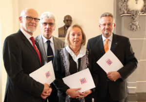 Klemens Diezemann, Oberbürgermeister Bertram Hilgen, Ingrid Graf und Norbert Jöns. Foto: nh