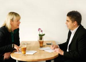 Die Journalistin Petra Nagel im Gespräch mit Jérôme-Chefredakteur Björn Schönewald. Foto: Mario Zgoll