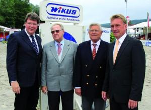 Die Sponsoren Dr. Jörg H. Kullmann und Wilhelm H. Kullmann mit Michael Pfanzelt (Reit- u. Fahrverein) und Thomas Pfanzelt, Vorsitzender des Reit- u. Fahrvereins (v.l.). Foto: nh
