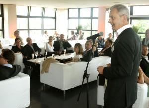 Verleger Conrad Fischer begrüßt die Gäste der Jérôme Event Lounge im Schlosshotel. Foto: Mario Zgoll
