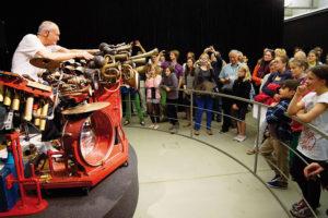 """Llyn Foulkes heizte den Kids mit seiner """"Machine"""" gleich zum Auftakt kräftig ein. Foto: Mario Zgoll"""