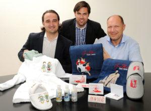 Präsentieren die neuen Märchen-Produkte (v.l.): Tobias Knierim (Geschäftsführer Sauvage Cosmetique GmbH), Pierre Schlosser (GrimmHeimat NordHessen) und Günther Koseck (Vorsitzender Etablierungsbeirat GrimmHeimt NordHessen). Foto: Regionalmanagement Nordhessen