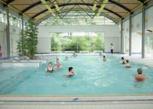 Eine über 400 Quadratmeter große Schwimmhalle mit Schwimm- und Therapiebecken gehören zum Angebot der Balzerborn-Kliniken. Foto: Balzerborn Kliniken
