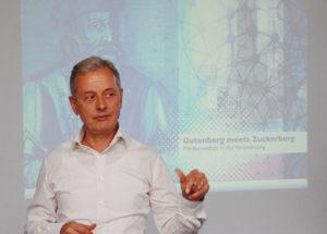 Verleger und Bernecker-Chef Conrad Fischer klärte auf über Fluch und Segen der digitalen Welt und wagte einen Ausblick auf das Mediennutzungsverhalten der Zukunft. Foto: Tobias Bräuning