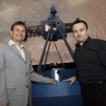 Dr. Karsten Gaulke (links), Leiter des Astronomisch Physikalischen Kabinetts, mit Vorführer Thomas Ecker vor dem Projektor im Planetarium. Foto: Mario Zgoll