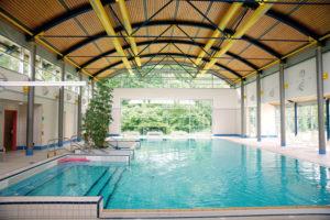 Therapien im Wasser: Die Balzerborn-Kliniken verfügen über ein eigenes Schwimmbad, das mit Schwimm- und Therapiebecken ausgestattet ist. Foto: Mario Zgoll