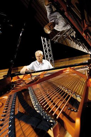 Der Vorzeige-Klavierstimmer Jerzy Zaremba brachte alle Stars in die richtige Stimmung – und geht nun in Rente. Foto: Mario Zgoll