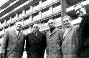 Klinik-Übergabe am 1. Januar 1964: Prof. Baumann, Prof. Kalk, OB Dr. Branner, Prof. Wildhirt und Prof. Heinecker (v.l.). Foto: Archiv Kasseler Klinik