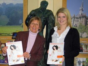 ´Angelika Hüppe, Geschäftsführerin der Kassel Marketing GmbH, und Stefanie Töpfer, Mitarbeiterin der Tourist Information. Foto: nh