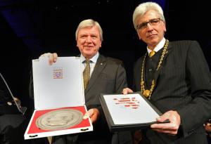 Ministerpräsident Volker Bouffier überreichte der Stadt die Freiherr-vom-Stein-Plakette, die Oberbürgermeister Bertram Hilgen entgegennahm. Foto: Uwe Zucchi