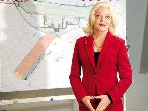 Maria Anna Muller war von 1979 bis 1996 in leitenden Positionen bei Fluggesellschaften in Frankfurt am Main tätig, von 1996 bis 1998 bei der Flughafen Frankfurt/Main AG für die Entwicklung der Expressunternehmen zuständig und übernahm 1998 die Position der Direktorin für Vertrieb und Vermarktung am Flughafen Frankfurt-Hahn. 2007 wechselte sie zum Rostock Airport, wo sie bis Juni 2012 Alleingeschäftsführerin der Flughafen Rostock-Laage-Güstrow GmbH war. Seit September 2012 ist Muller Geschäftsführerin der Flughafen GmbH Kassel. Maria Anna Muller ist in Crailsheim-Rossfeld (Baden-Württemberg) geboren und jetzt in Kassel-Wilhelmshöhe wohnhaft. Seit 1989 besitzt sie den Pilotenschein für einmotorige Flugzeuge. Foto: Mario Zgoll