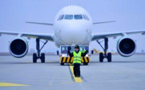 Sten winkt den Airbus A 319 ein. Der Vaters des Fünfjährigen ist Fluglotse am neuen Kasseler Airport. Foto: Bernd Schoelzchen