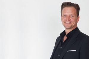 Facebook bietet Unternehmen viele Chancen und Diplom-Ökonom Lars Bossemeyer zeigt ihnen, wie sie diese erfolgreich nutzen können. Mit Y-SiTE realisiert er kreative Facebook-Auftritte. Foto: Axel Sauerwein