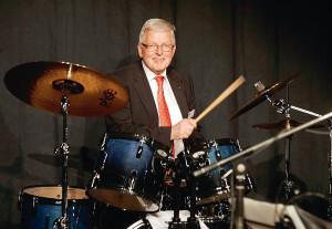 Der Hauptgeschäftsführer zum Finale am Schlagzeug: Mit seiner Band präsentierte Dr. Walter Lohmeier eine Reihe gefühlvoll interpretierter Blues-Songs – und erntete großen Beifall. Foto: Mario Zgoll