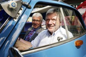 Oberbürgermeister Bertram Hilgen und Ministerpräsident Volker Bouffier in der blauen BMW Isetta 250. Foto: Mario Zgoll