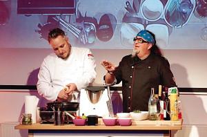 Abgefahren kochen? Christoph Brand und Stefan Marquard zeigen, wie es geht! Foto: Mario Zgoll