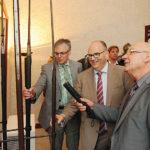 So manche martialisch anmutende Waffe bestaunten die Ehrenritter bei ihrem Rundgang durch die Löwenburg. Ingo Buchholz, Andreas Fehr und Prof. Rolf-Dieter Postlep (von links) trugen es mit Humor. Foto: nh