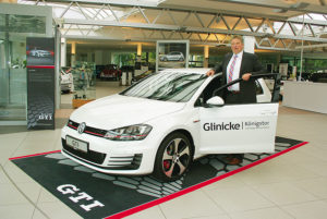 Autohaus-Geschäftsführer Matthias Welter mit dem neuen Golf 7 GTI. Foto: Ralph-Michael Krum