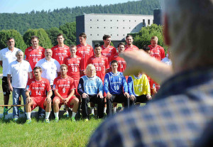 Letzte Anweisungen von Fotograf Jörg Schultheis beim Teamfoto-Shooting. Foto: nh