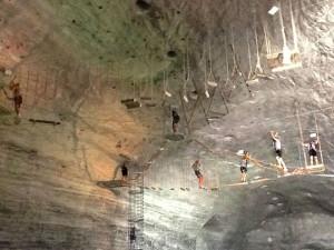 In schwindelnder Höhe ging es darum, Mut in einem Klettergarten der etwas anderen Art zu beweisen. Foto: nh