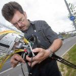 Gemeinsam wollen die fünf nordhessischen Landräte den Breitbandausbau in der Region beschleunigen. Das Foto zeigt einen Telekom-Mitarbeiter bei Stuttgart in Aktion. Foto: Deutsche Telekom AG