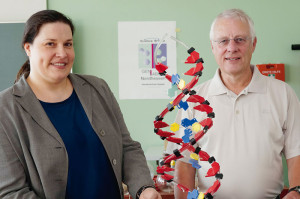 Projekt- und Laborleiterin Dr. Andrea Bette und Schulleiter Martin Sauer. Foto: nh